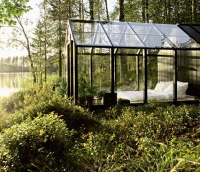 阳光房一般从阳台或露台变化而来,也有别墅在室外加盖的,可能空间